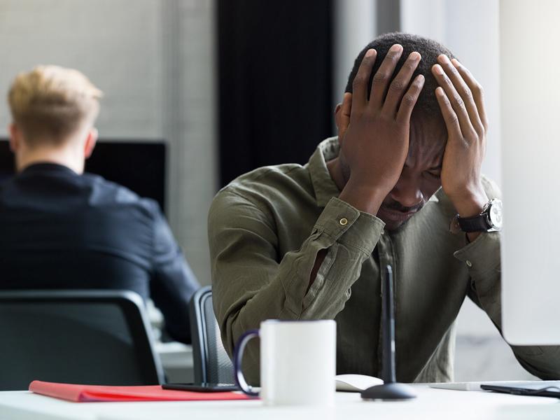 Empresa que não inibiu condutas racistas contra empregado deve indenizá-lo por danos morais