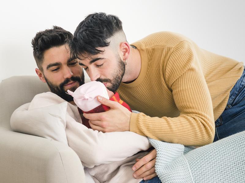 Justiça do Trabalho garante direito ao reembolso-babá a casal homoafetivo que adotou criança