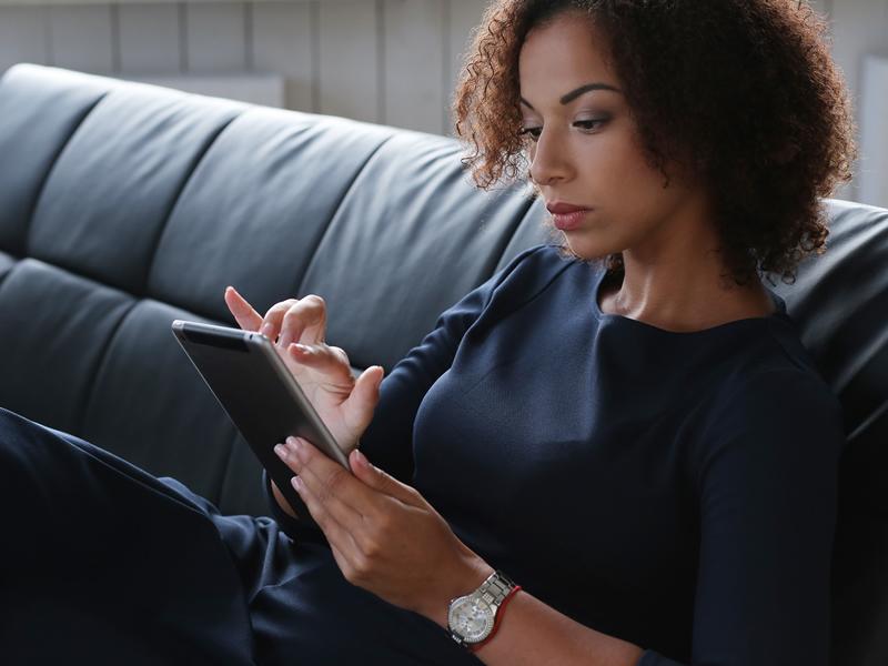 Justiça considera discriminatória a falta de diversidade racial em guia de padronização visual de empregados