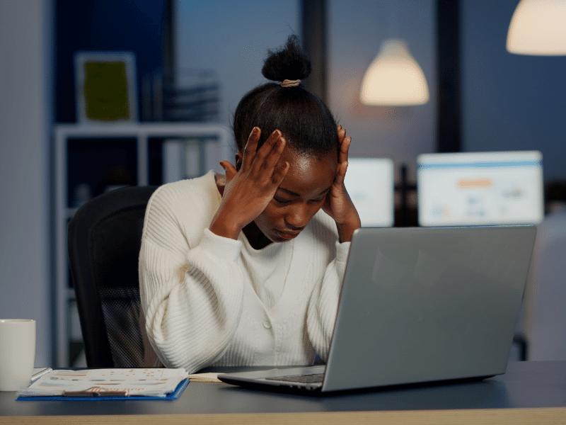 Carga de trabalho excessiva em banco gera indenização por danos morais